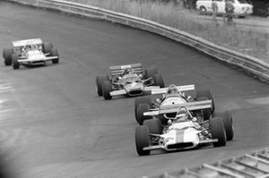 Jackie Oliver, BRM P153, Rolf Stommelen, Brabham BT33 Ford y Emerson Fittipaldi, Lotus 49C Ford
