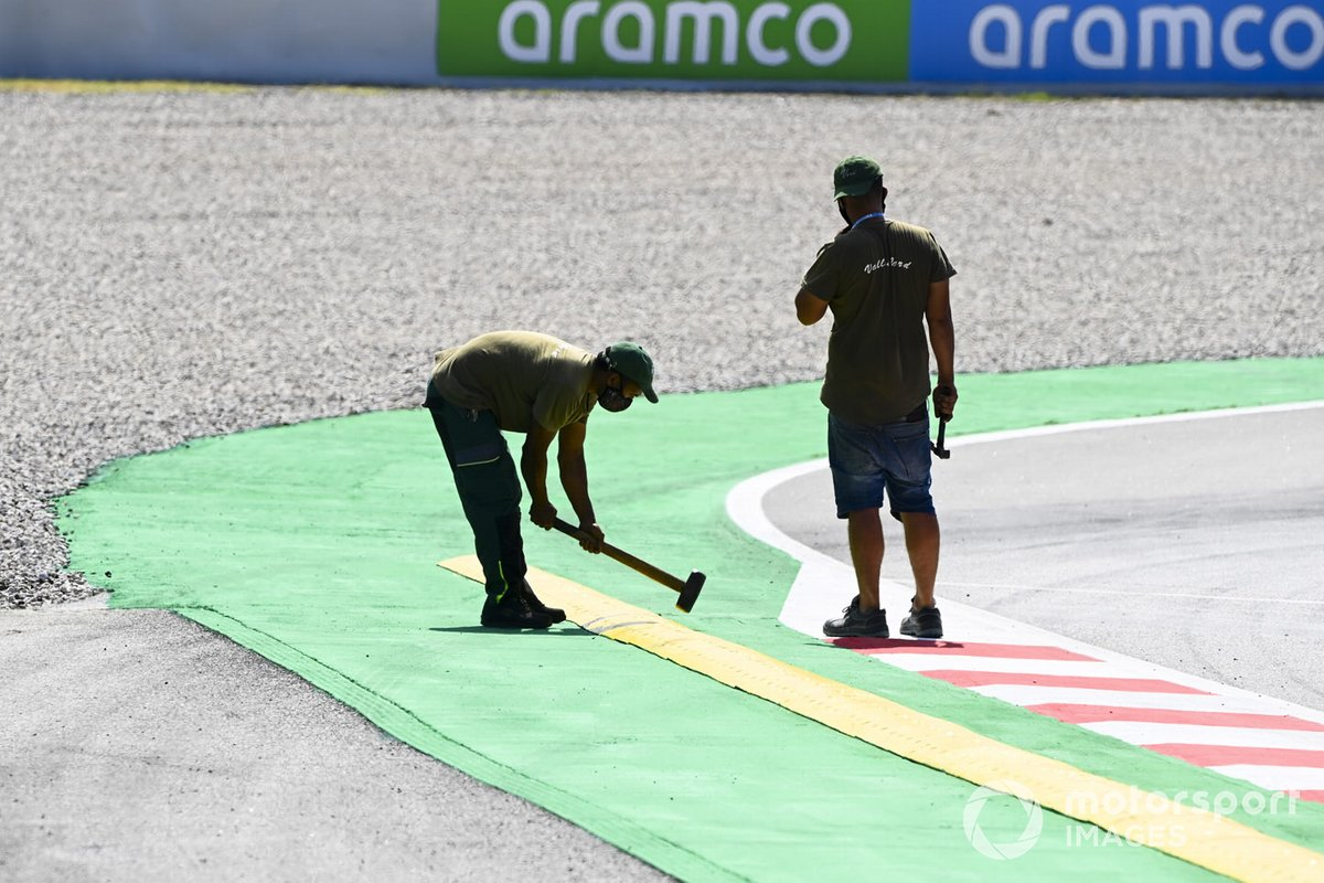 Trabajadores hacen reparaciones en la pista