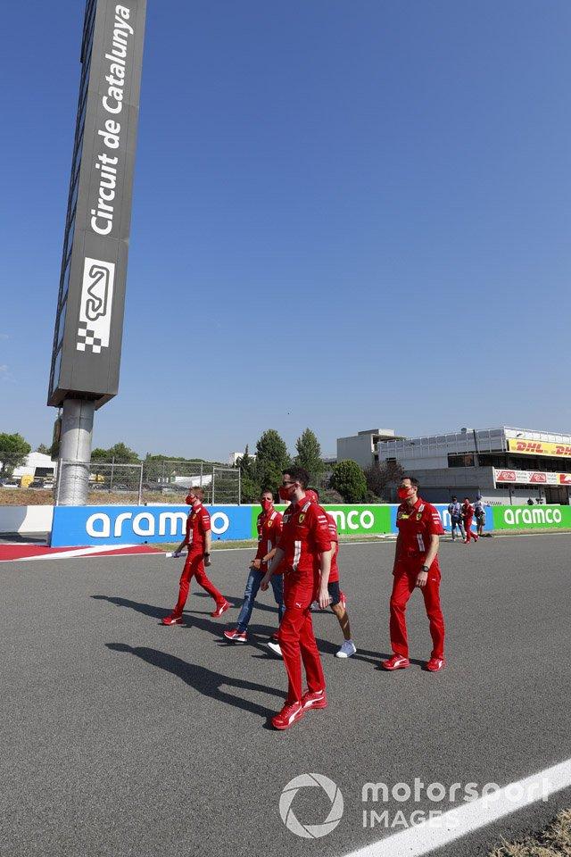 Sebastian Vettel, Ferrari, Marc Gené y otros miembros del equipo
