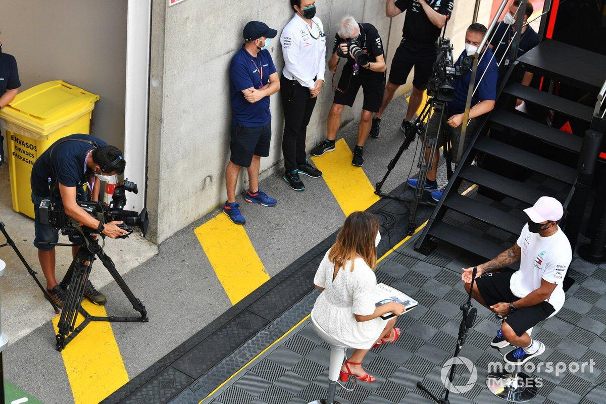 Lewis Hamilton, Mercedes-AMG Petronas F1, con los medios