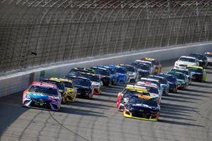 Kyle Busch, Joe Gibbs Racing, Toyota Camry M&M's Fudge Brownie, William Byron, Hendrick Motorsports, Chevrolet Camaro Axalta