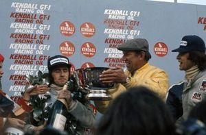 Podio: Ken Tyrrell celebra con sus pilotos el ganador de la carrera Jackie Stewart y François Cevert, Tyrrell