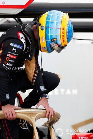 Jean-Eric Vergne, DS Techeetah, monte dans sa voiture avec un casque en hommage à Fabien Pauchet
