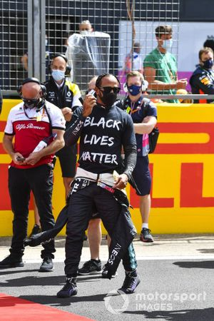 Lewis Hamilton, Mercedes-AMG F1, on the grid for the End Racism campaign protest prior to the start