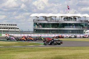 Valtteri Bottas, Mercedes F1 W11 Max Verstappen, Red Bull Racing RB16 au départ de la course