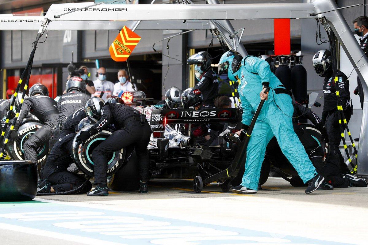 Lewis Hamilton, Mercedes F1 W11 pit stop
