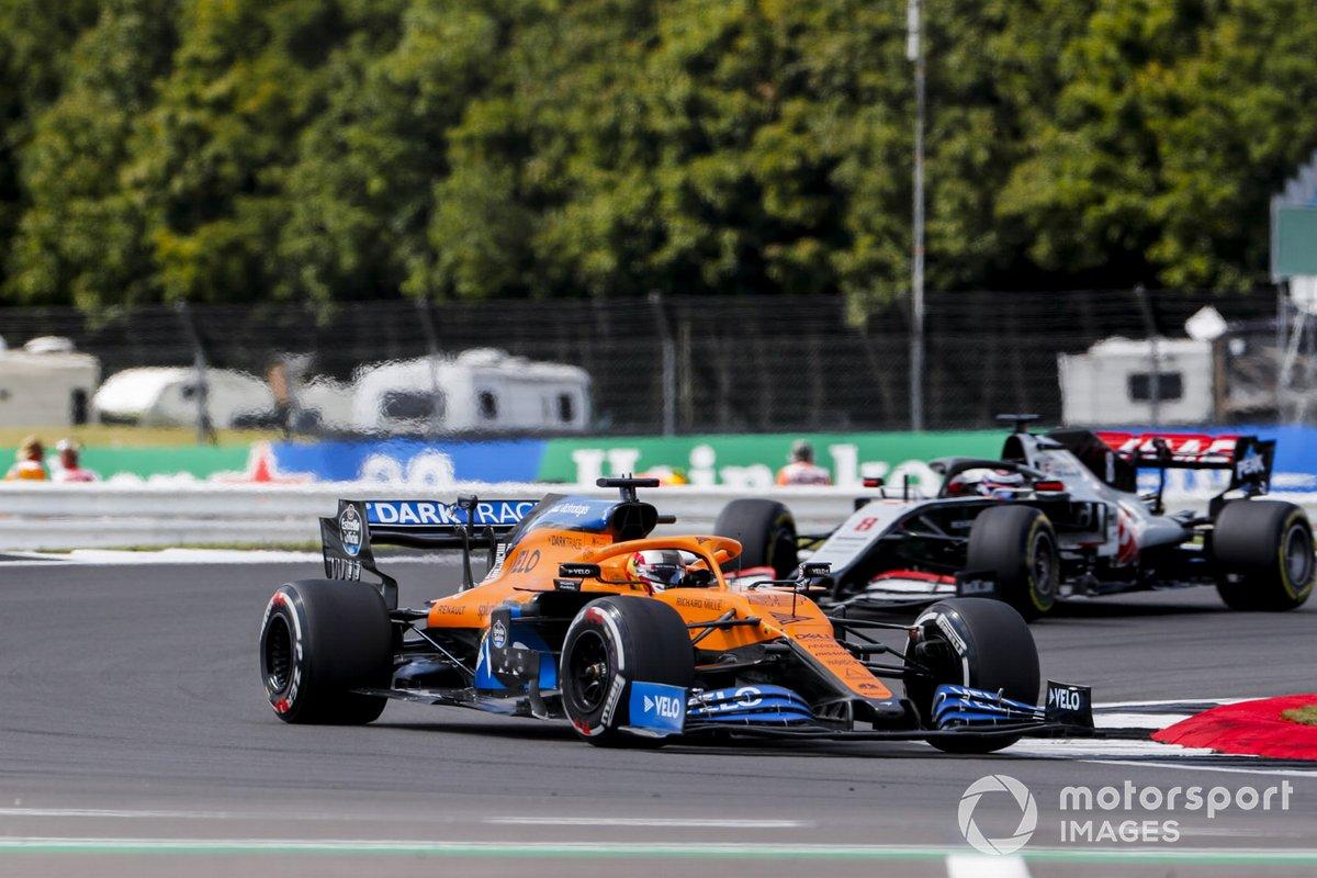 Carlos Sainz Jr., McLaren MCL35, Romain Grosjean, Haas VF-20