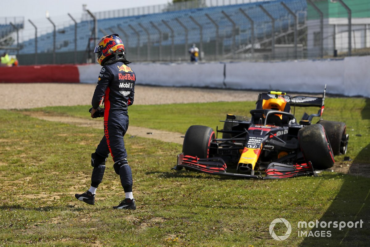 Alex Albon, Red Bull Racing RB16 después de chocar