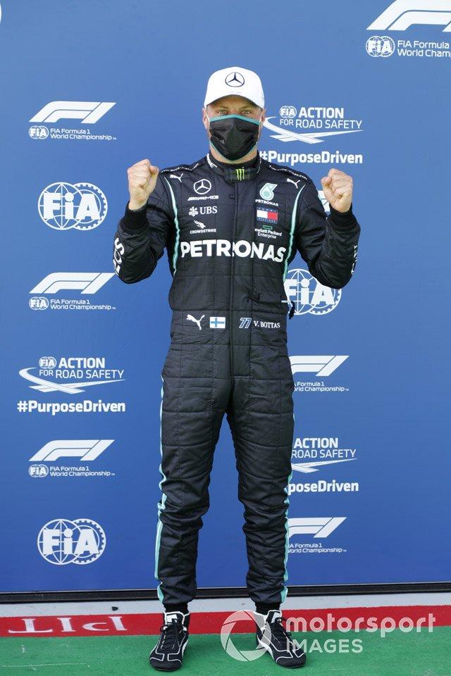 Ganador de la pole Valtteri Bottas, Mercedes-AMG Petronas F1, celebra