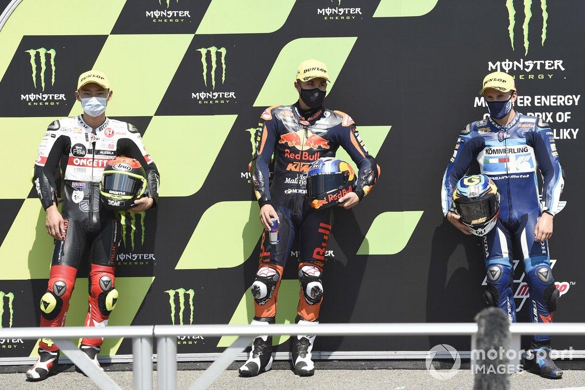 Ganador de la pole Raúl Fernández, Red Bull KTM Ajo, segundo Tatsuki Suzuki, SIC58 Squadra Corse, y tercero Gabriel Rodrigo, Gresini Racing