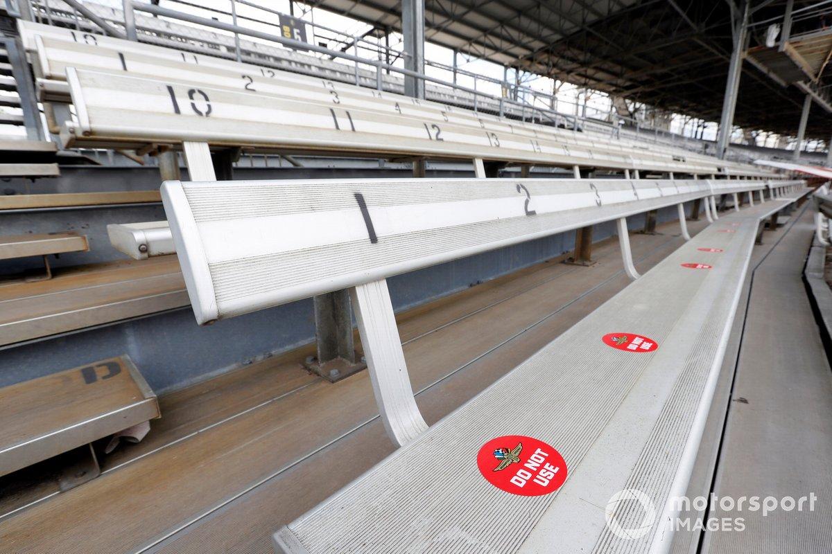 Stickers de distanciamiento social en el lugar en caso de que se permitiera a los fans asistir.