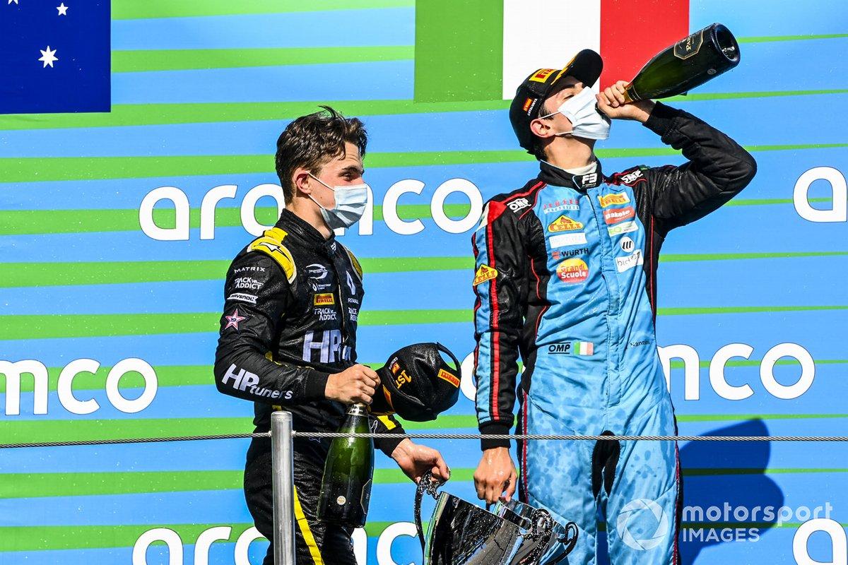 Podio: ganador Oscar Piastri, Prema Racing y tercer lugar Matteo Nannini, Jenzer Motorsport