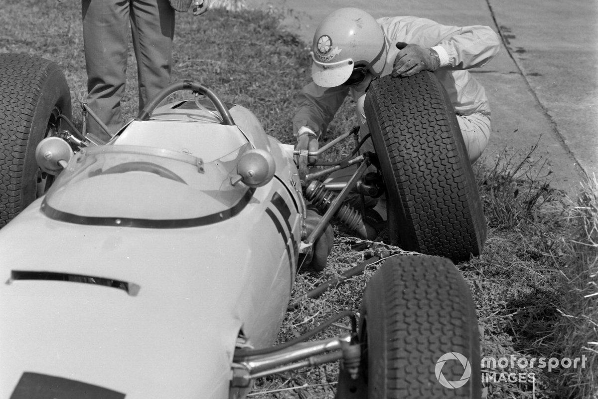 Вскоре подвеска развалилась на машине Тревора Тейлора – он выступал за команду BRP, принадлежащую отцу Стирлинга Мосса