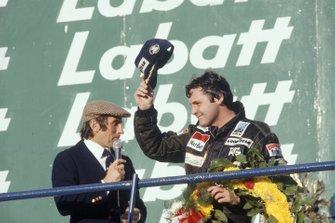 Alan Jones, Williams FW07B-Ford Cosworth con Jackie Stewart