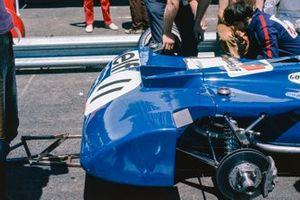 Meccanici al lavoro sull'anteriore della Tyrrel 003 Ford, di Jackie Stewart, GP di Francia del 1971