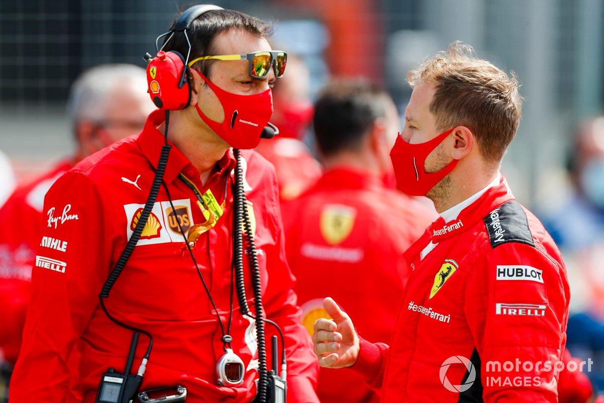 Sebastian Vettel, de Ferrari, habla con su ingeniero en la parrilla