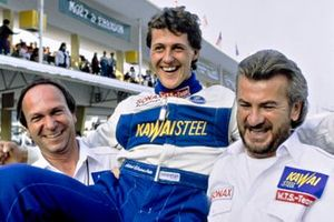 Ganador de la carrera Michael Schumacher, Reynard 903-Volkswagen carried con el director Willi Weber
