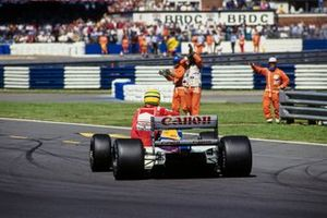 Ayrton Senna, McLaren receives a lift back to the pits from Nigel Mansell, Williams FW14 Renault