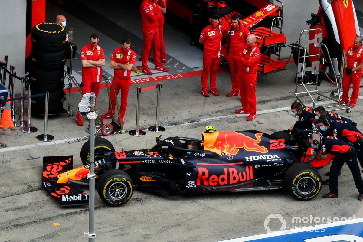 El coche de Alex Albon, Red Bull Racing RB16, en el pitlane