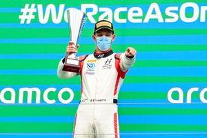Il vincitore della gara Luca Ghiotto, Hitech Grand Prix sul podio