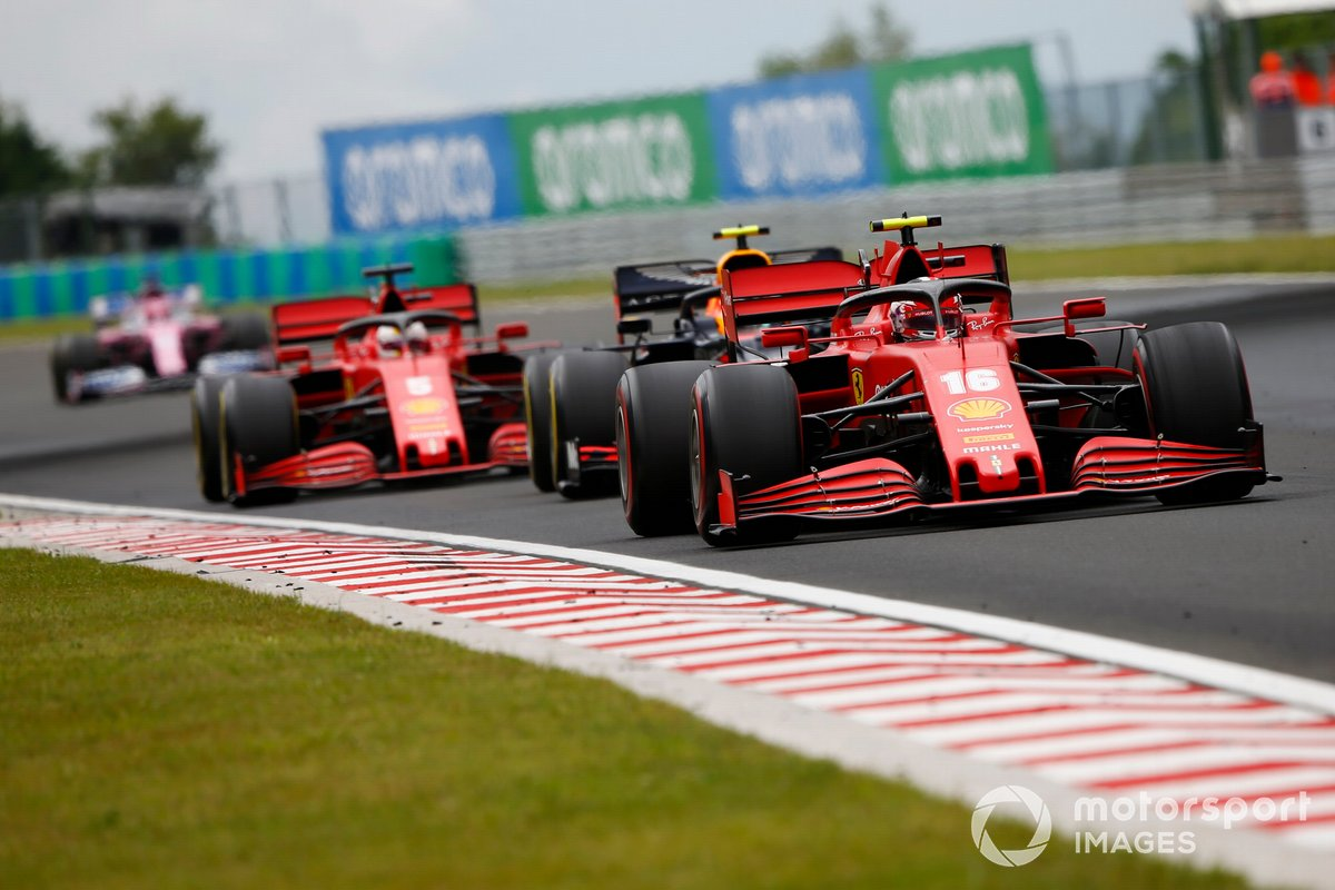Charles Leclerc, Ferrari SF1000, precede Alex Albon, Red Bull Racing RB16 e Sebastian Vettel, Ferrari SF1000