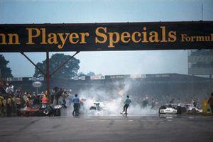 Chaos na de massacrash bij de start. Roger Williamson's March 731 Ford staat aan de linkerkant, Wilson Fittipaldi's Brabham BT42 Ford en Graham Hill in zijn Shadow SN1 Ford staan verderop