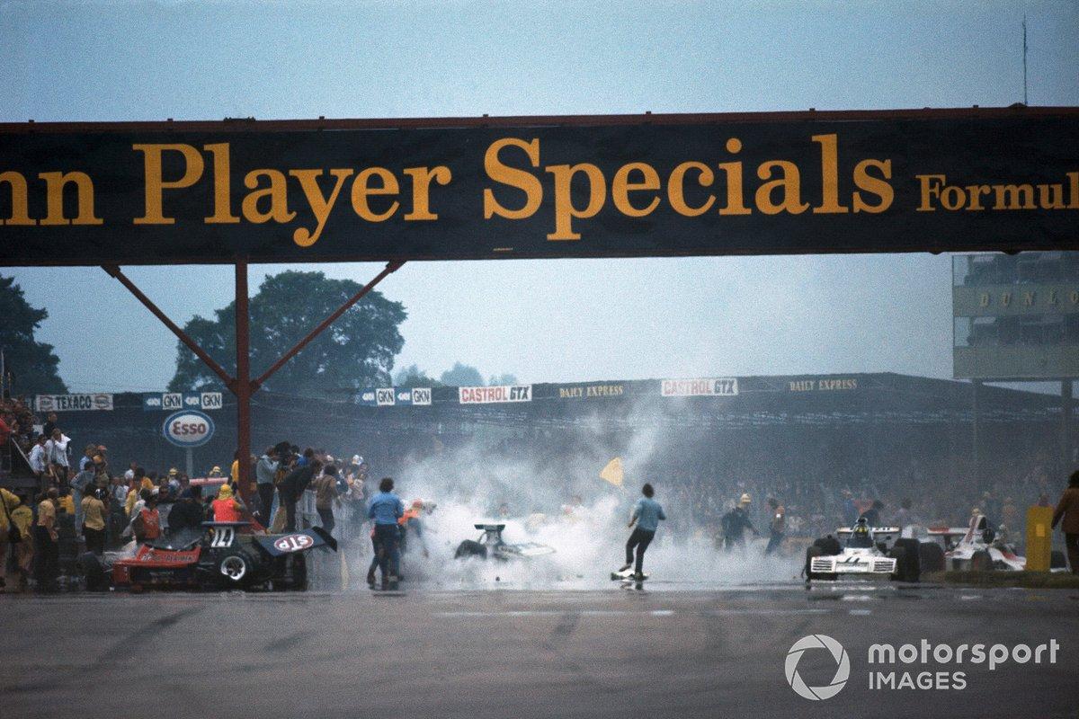 Trabajos de limpieza después del accidente en la primera vuelta. El Ford Ford March 731 de Roger Williamson a la izquierda, mientras que el Ford Brabham BT42 de Wilson Fittipaldi dañado y Graham Hill detiene su Ford Shadow SN1