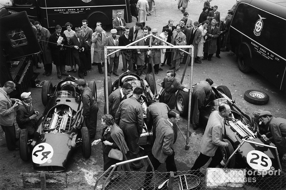 Британцы, понятное дело, тоже выкатили на домашнюю гонку все, чем располагали. Их главными силами были BRM (на фото), Connaught и Vanwall