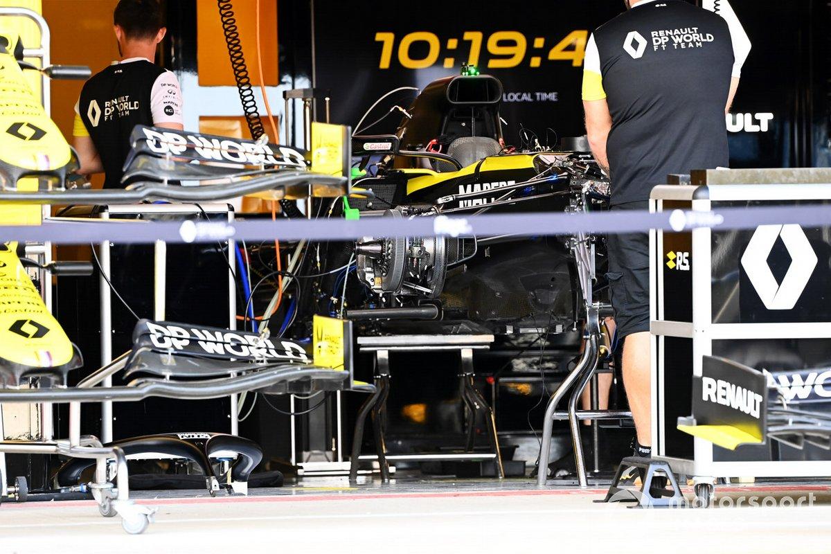 Los mecánicos de Renault trabajan en el monoplaza en el garaje