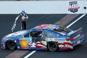 Yarış galibi Kevin Harvick, Stewart-Haas Racing, Ford Mustang Busch Light Patriotic