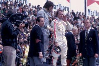 Podio: ganador Emerson Fittipaldi, Lotus y tercer lugar Clay Regazzoni, Ferrari, con el Príncipe Juan Carlos
