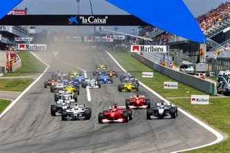 Michael Schumacher, Ferrari F1-2000, leads Ralf Schumacher, Williams FW22 BMW, Mika Häkkinen, McLaren MP4-15 Mercedes, Rubens Barrichello, Ferrari F1-2000, David Coulthard, McLaren MP4-15 Mercedes, at the start