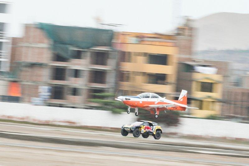 #306 PH-Sport Peugeot 3008 DKR: Себастьян Льоб, Даніель Елена проти літака