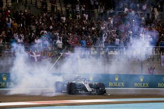 Lewis Hamilton, Mercedes AMG F1 W09 EQ Power+, maakt donuts