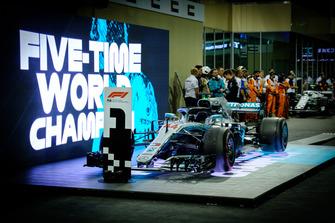 La voiture de Lewis Hamilton, Mercedes AMG F1 dans le Parc Fermé après la course