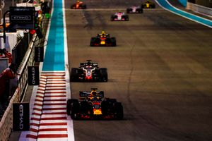 Daniel Ricciardo, Red Bull Racing RB14, voor Romain Grosjean, Haas F1 Team VF-18, en Max Verstappen, Red Bull Racing RB14