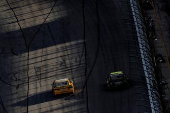 Kyle Busch, Joe Gibbs Racing, Toyota Camry M&M's, Jimmie Johnson, Hendrick Motorsports, Chevrolet Camaro Lowe's