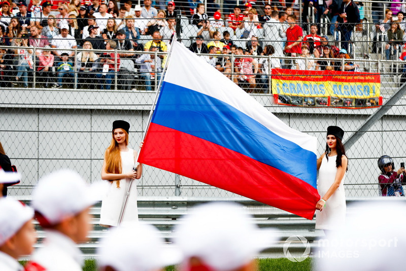 Grid Girls with the Russian flag