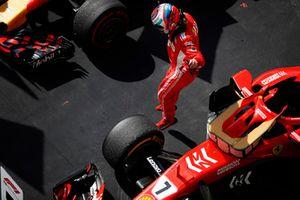 Kimi Raikkonen, Ferrari SF71H, salta fuori dall'auto e festeggia la vittoria della gara ne Parc Ferme