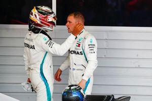 Le vainqueur Lewis Hamilton, Mercedes AMG F1, félicite Valtteri Bottas, Mercedes AMG F1