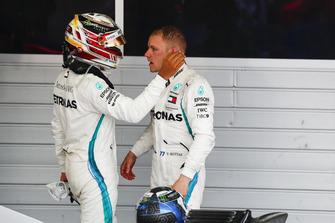 Racewinnaar Lewis Hamilton, Mercedes AMG F1, feliciteert Valtteri Bottas, Mercedes AMG F1