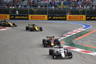 Marcus Ericsson, Sauber C37, Max Verstappen, Red Bull Racing RB14 en Carlos Sainz Jr., Renault Sport F1 Team R.S. 18