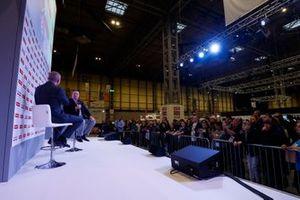 Zak Brown habla con Stuart Codling en el escenario de Autosport