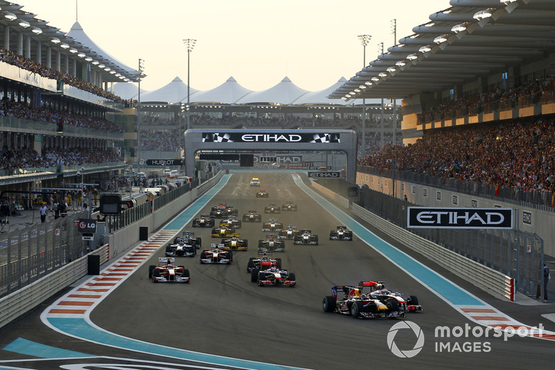 Sebastian Vettel, Red Bull Racing RB6, Lewis Hamilton, McLaren MP4-25 Mercedes au départ