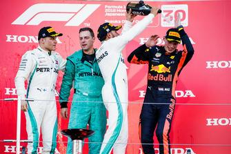 Racewinnaar Lewis Hamilton, Mercedes AMG F1, met Max Verstappen, Red Bull Racing, op het podium