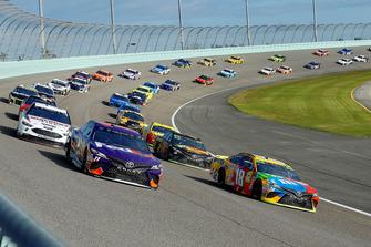Kyle Busch, Joe Gibbs Racing, Toyota Camry M&M's e Denny Hamlin, Joe Gibbs Racing, Toyota Camry FedEx Express green flag start
