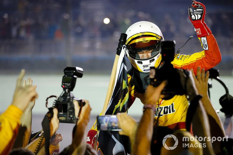 Joey Logano, Team Penske, Ford Fusion Shell Pennzoil y su equipo celebran