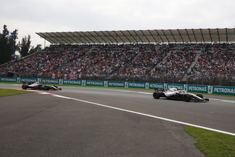 Sergey Sirotkin, Williams FW41 leads Romain Grosjean, Haas F1 Team VF-18