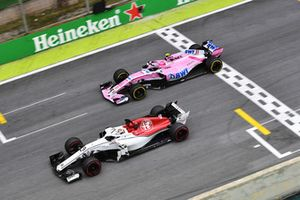 Marcus Ericsson, Sauber C37 en Esteban Ocon, Racing Point Force India VJM11