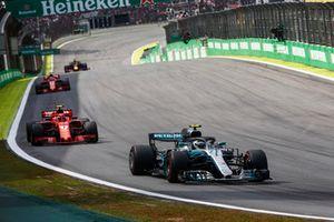 Valtteri Bottas, Mercedes AMG F1 W09 EQ Power+, leads Kimi Raikkonen, Ferrari SF71H, Sebastian Vettel, Ferrari SF71H, and Daniel Ricciardo, Red Bull Racing RB14